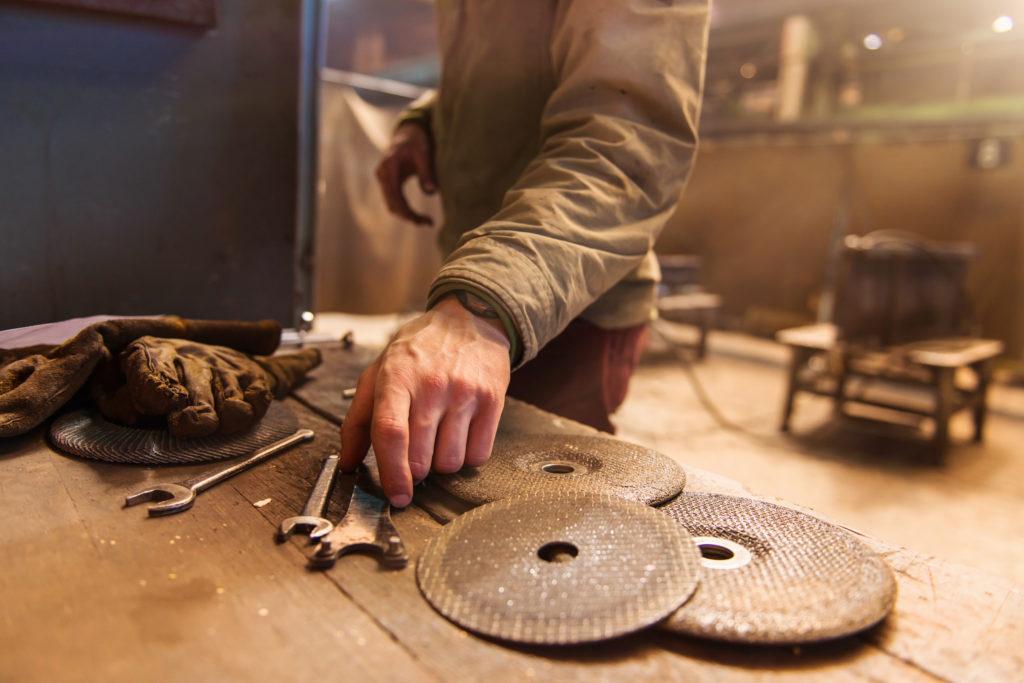 Producent maszyn do obróbki drewna podpowiada, co powinieneś wiedzieć przed dokonaniem zakupu frezarki!